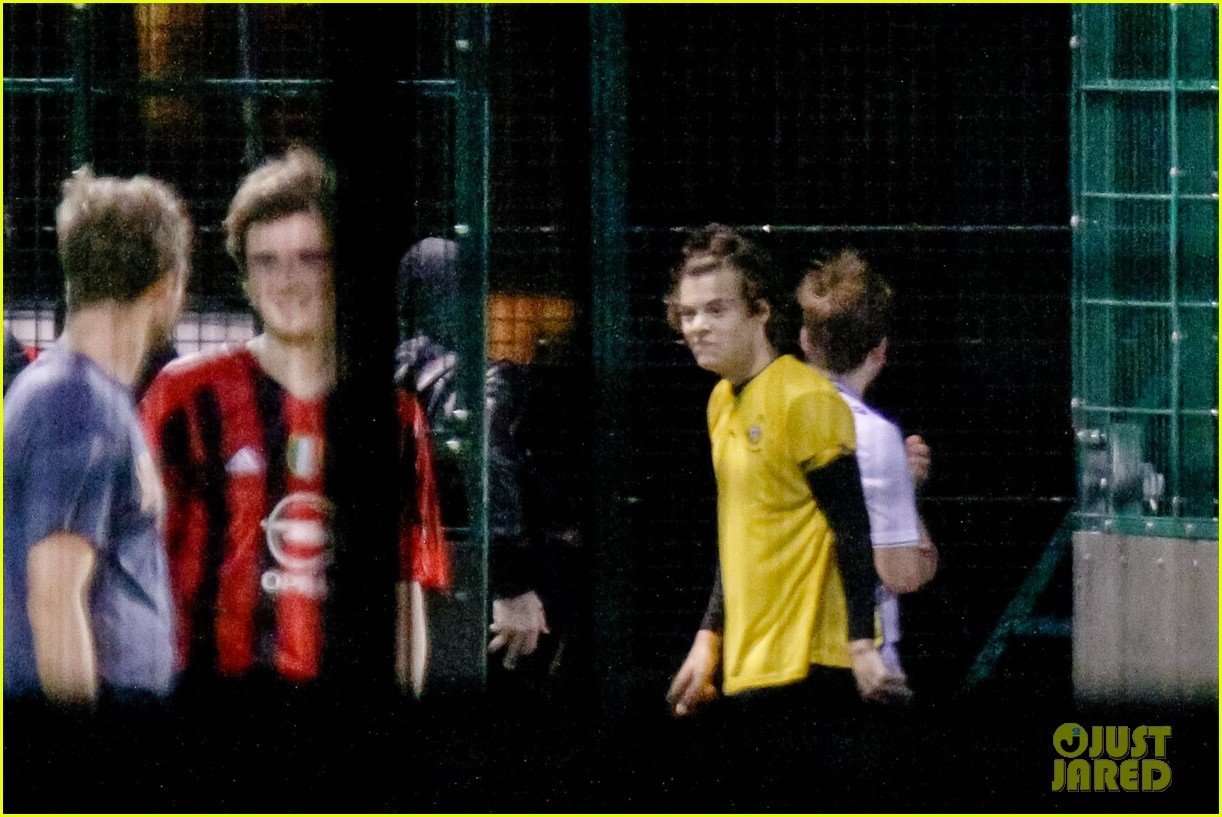 harry styles louis tomlinson soccer guys 05