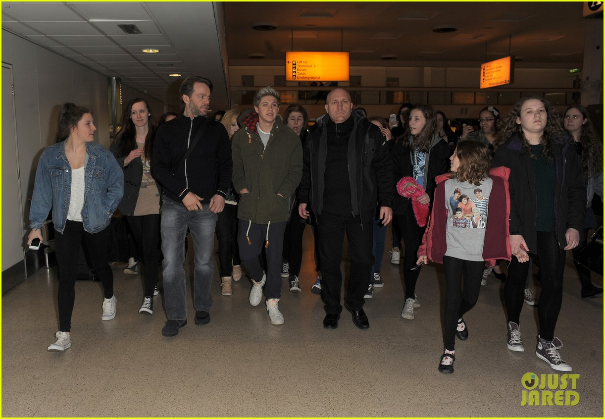niall horan fan frenzy at heathrow airport 04