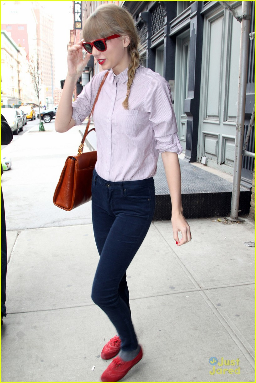 taylor swift red loafers 05