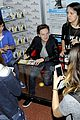 Conor-sign conor maynard fan friendly in milan 05