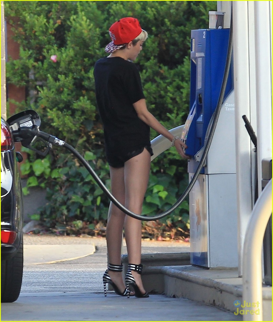 miley cyrus stops for gas liam hemsworth hits the gym 12