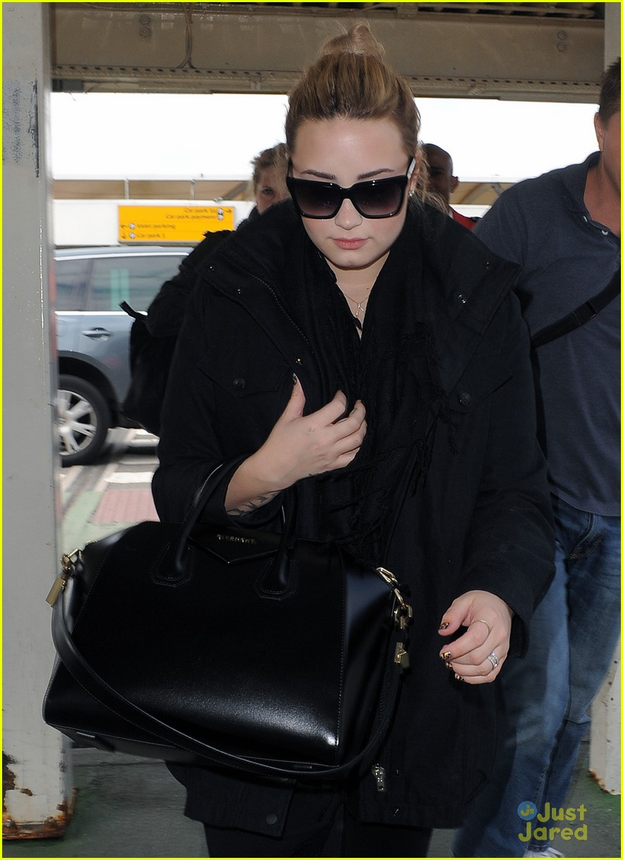 demi lovato heathrow departure 02