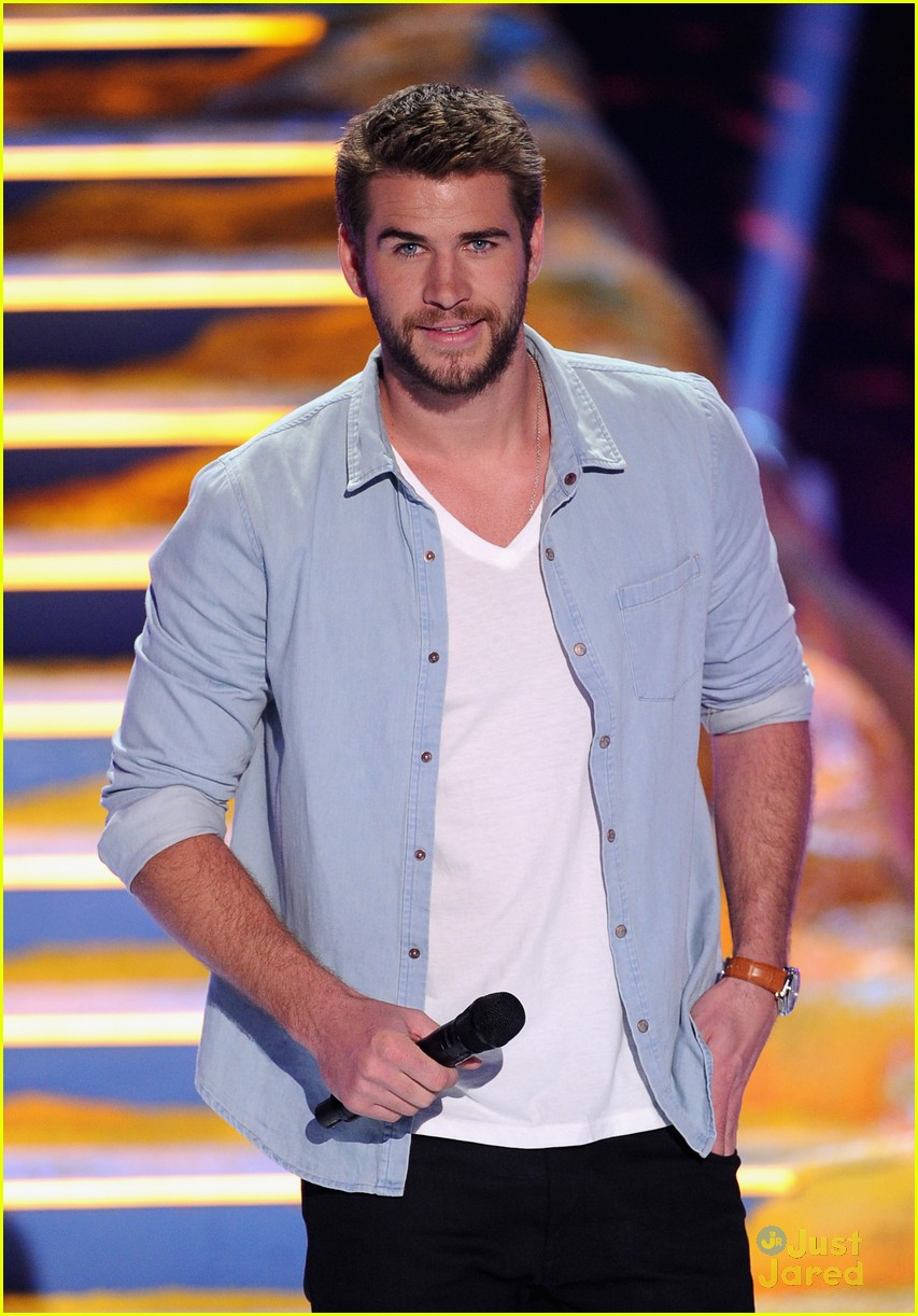 miley cyrus liam hemsworth teen choice awards 06