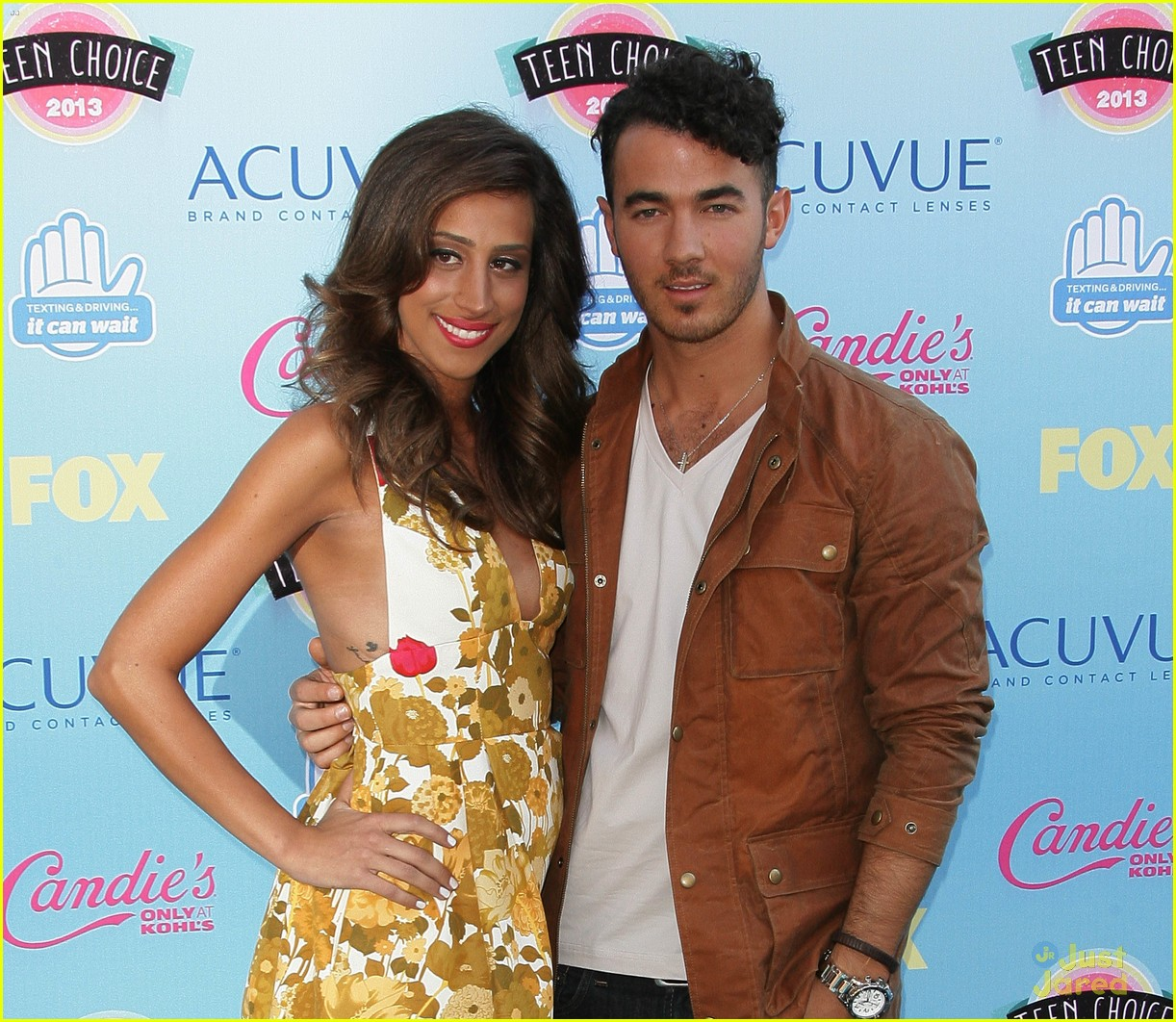 danielle jonas debuts tiny baby bump at the tcas 05