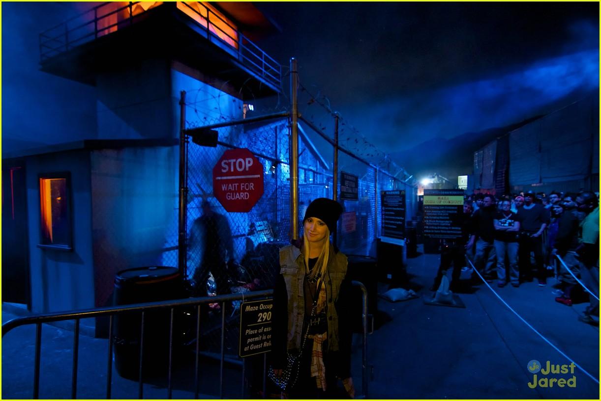 ashley tisdale demi lovato hollywood horror nights 06
