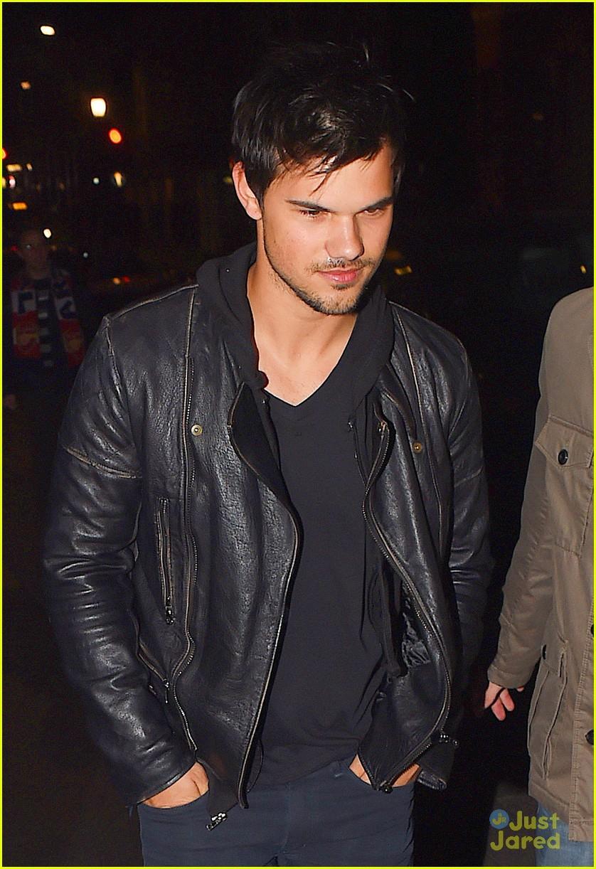 Taylor Lautner ( Twilight) Taylor-lautner-cracks-up-friends-london-12