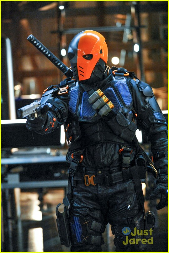 arrow man behind hood stills 05