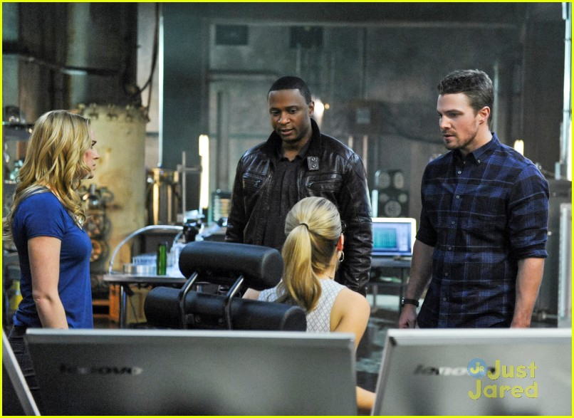 arrow man behind hood stills 12