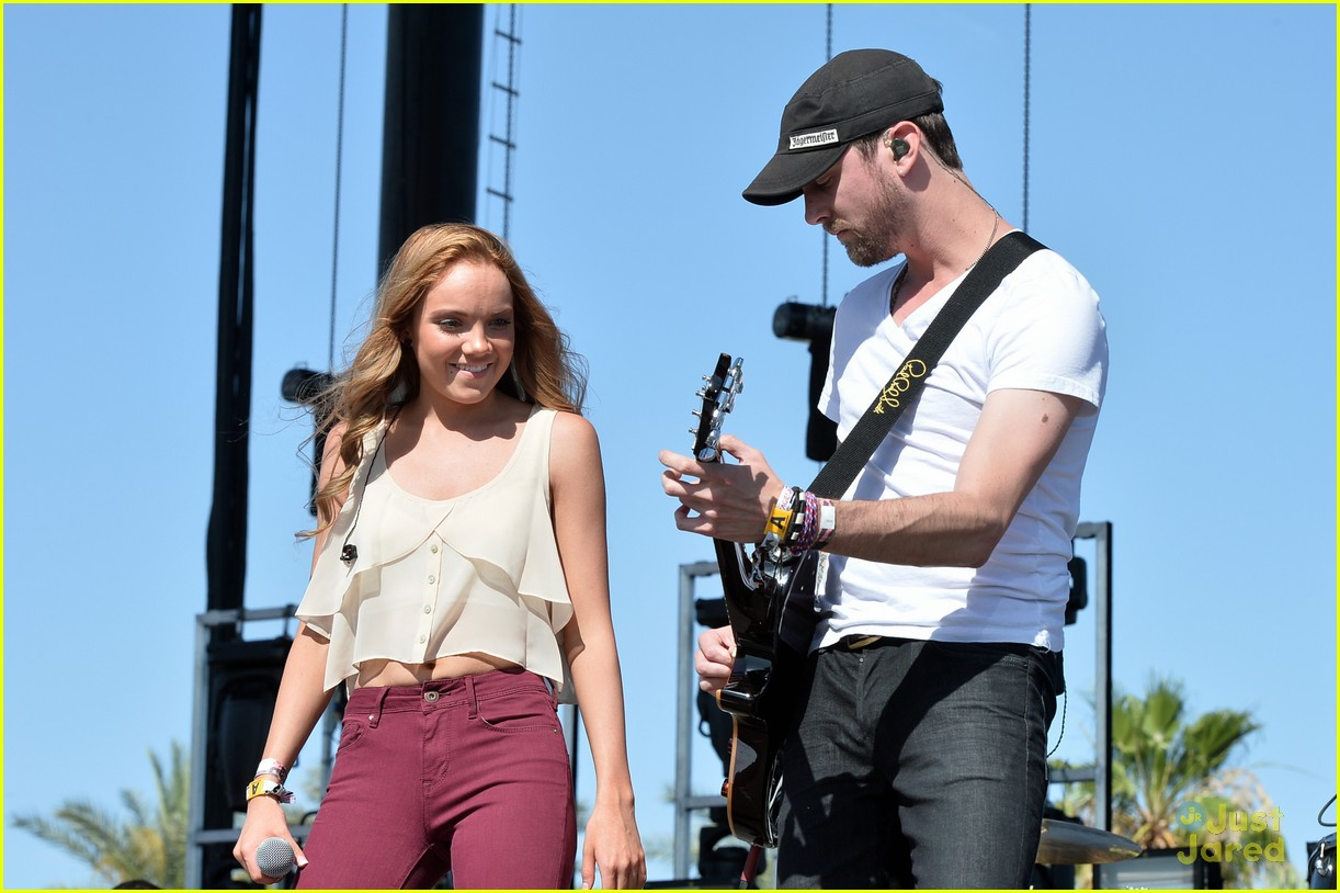 Danielle Bradbery Pictures >> Full Sized Photo of danielle bradbery puts on a rocking show at stagecoach 201411 | Danielle ...