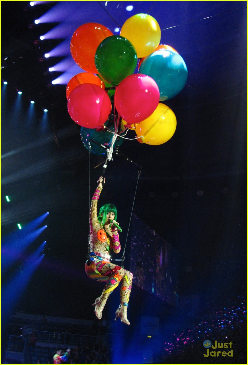 9 Kostum Katy Perry Dalam Prismatic World Tour 2014