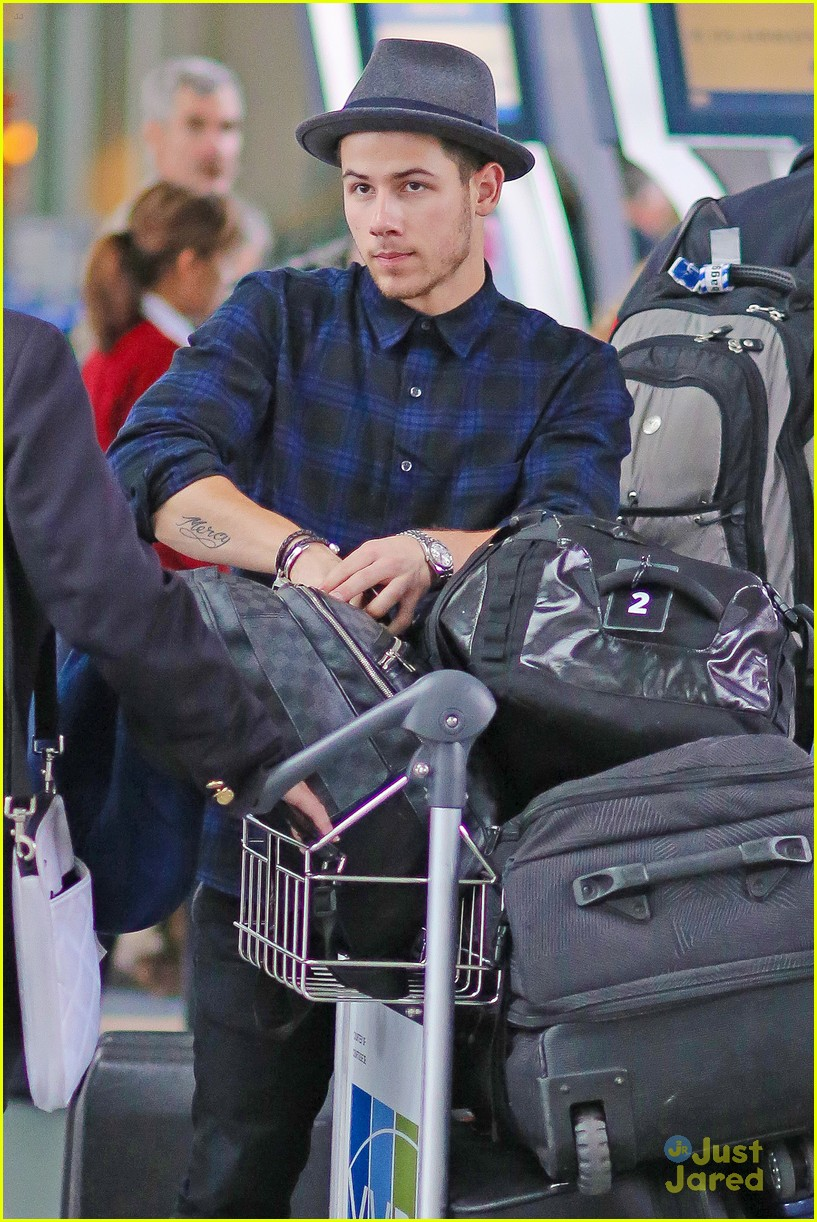 nick jonas airport after we day 06