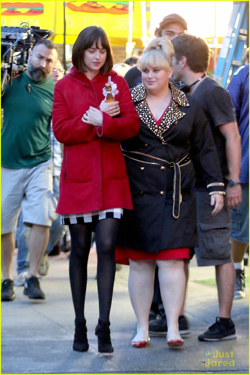 Rebel Wilson & Dakota Johnson Hold Hands For 'how To Be Single' Scenes   Photo 828269  Photo Gallery  Just Jared Jr