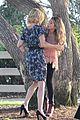 Sarah-julie sarah hyland julie bowen hide tree modfam filming 04