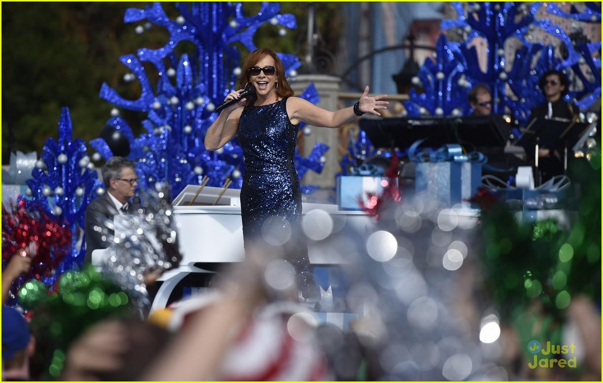 janel parrish tori kelly charlie puth disney chrismas parade pics 07