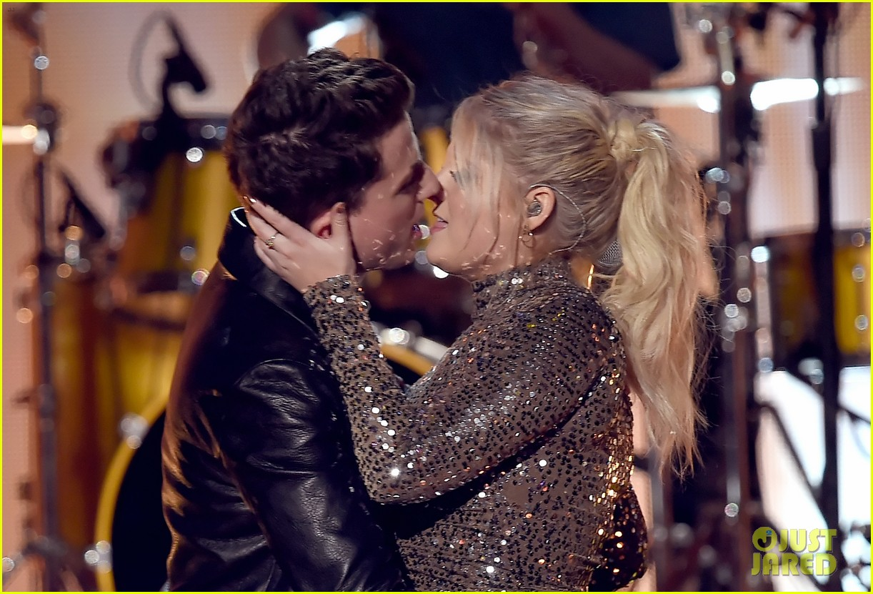 charlie puth on meghan trainor amas kiss 06
