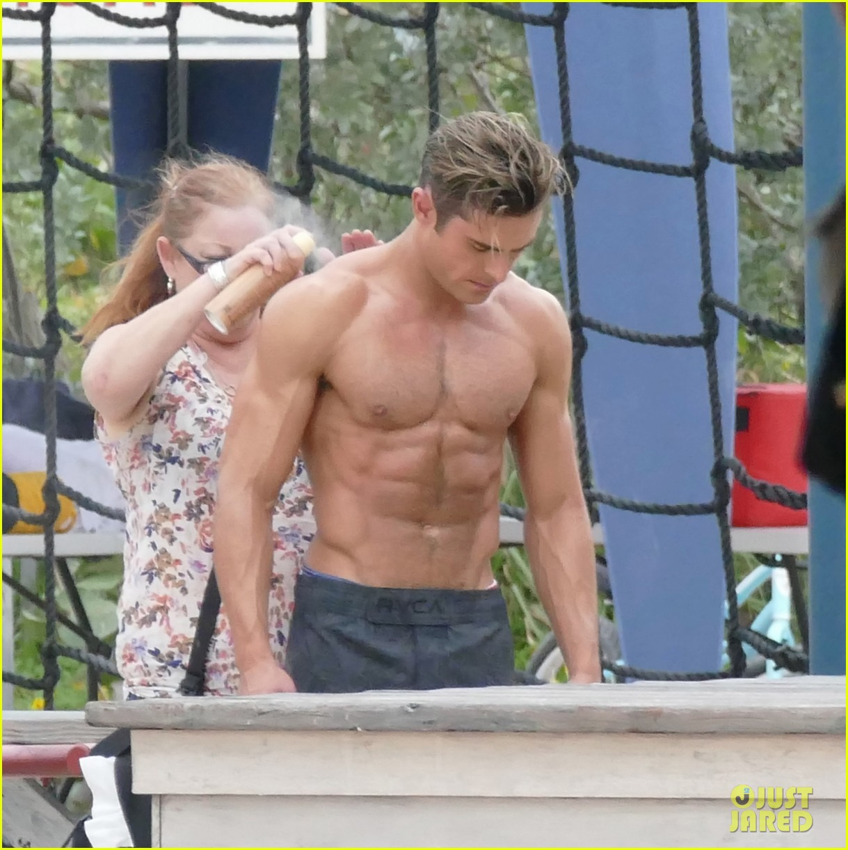 How big are Zac Effron's arms in this pictures? (HOT ...