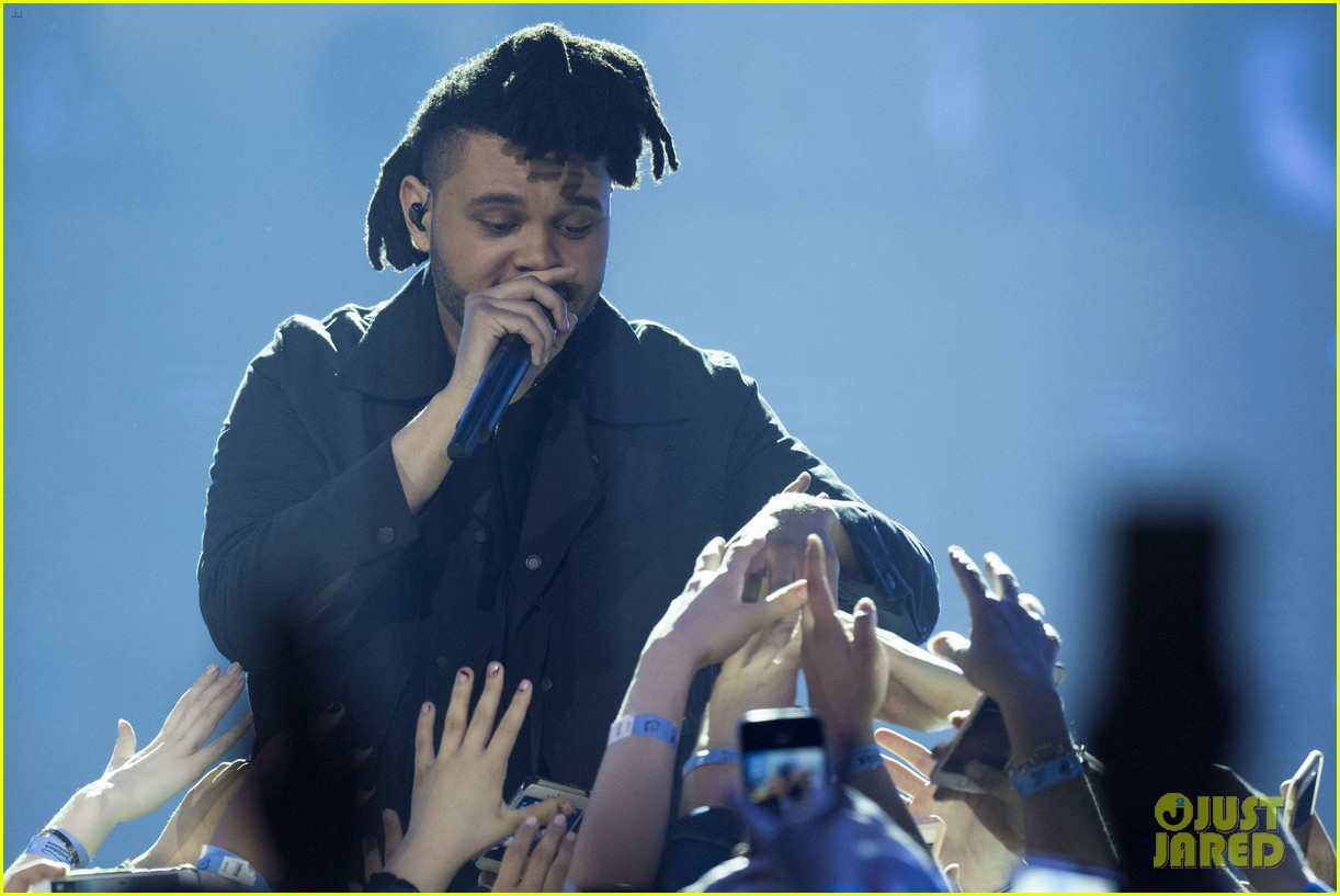 the weeknd wins artist of the year at juno awards 2016 performs medley watch here 01
