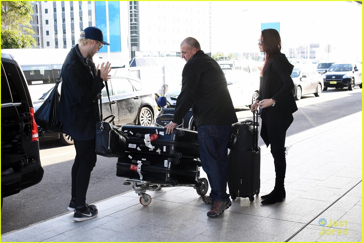 5SOS' Michael Clifford & Girlfriend Crystal Leigh Fly Out ...