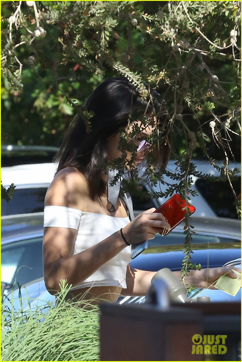 kendall jenner heads to the beach for lunch 09