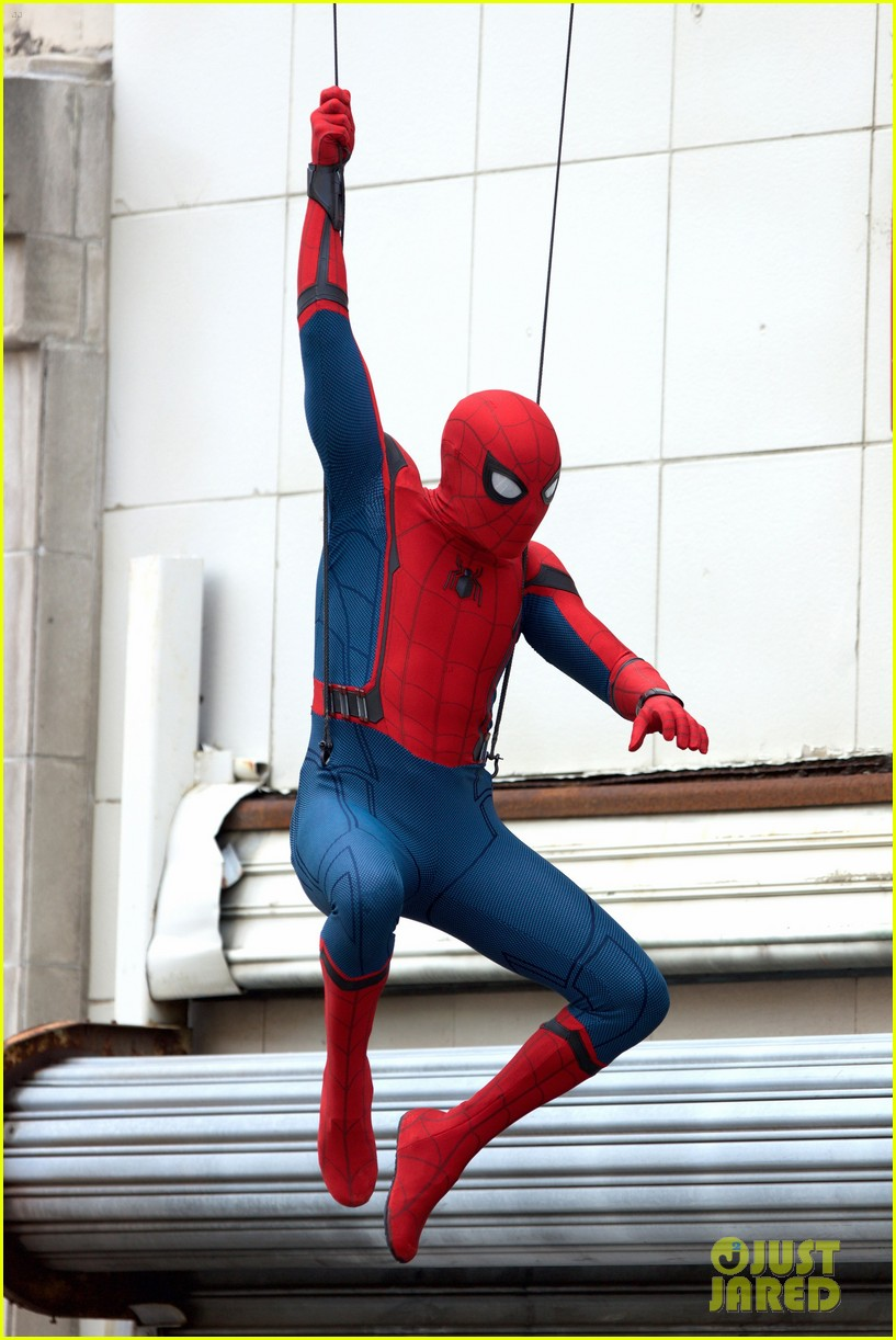 spider man swings into action on set 01