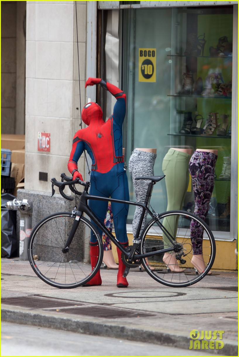 spider man swings into action on set 17