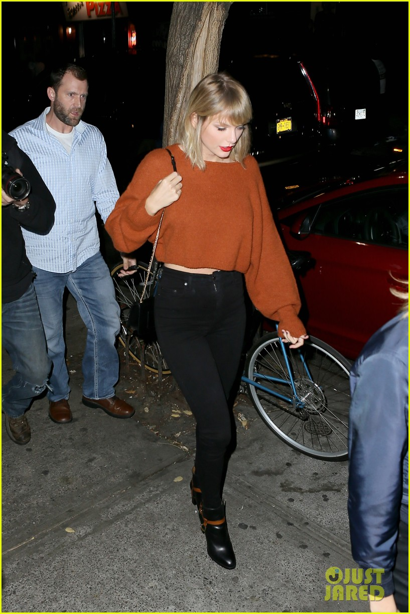 taylor swift grabs dinner with dakota johnson cara delevingne 01
