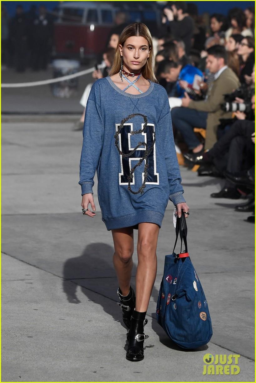 gigi bella hadid lead tommy hilfigers spring fashion show 05