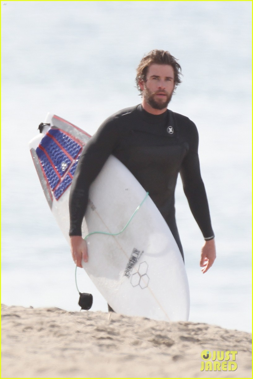liam hemsworth flaunts his toned wetsuit bod while surfing see his wipeout pic 03