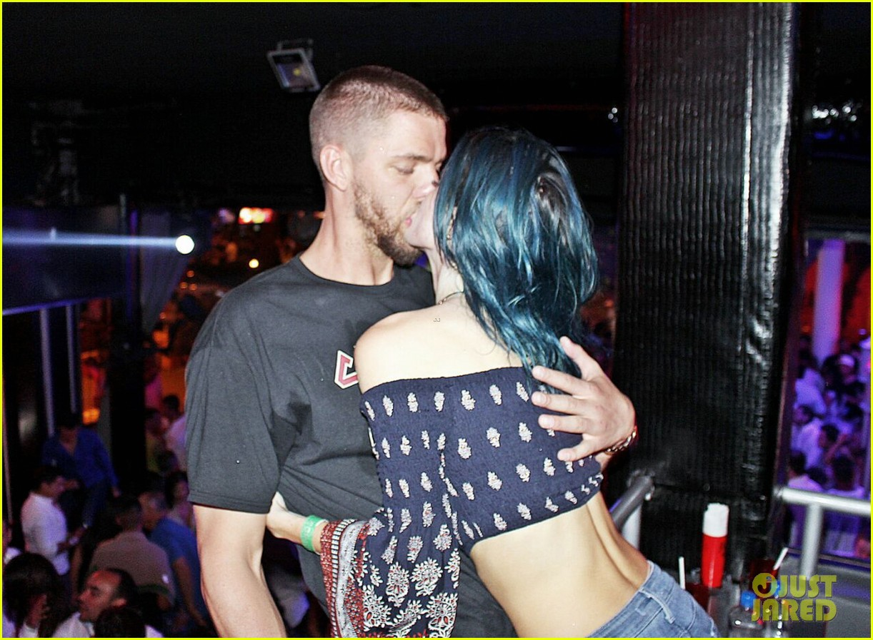 bella thorne kisses chandler parsons in mexico 01