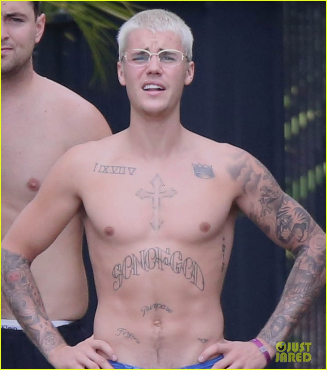 justin bieber goes shirtless in australia 02