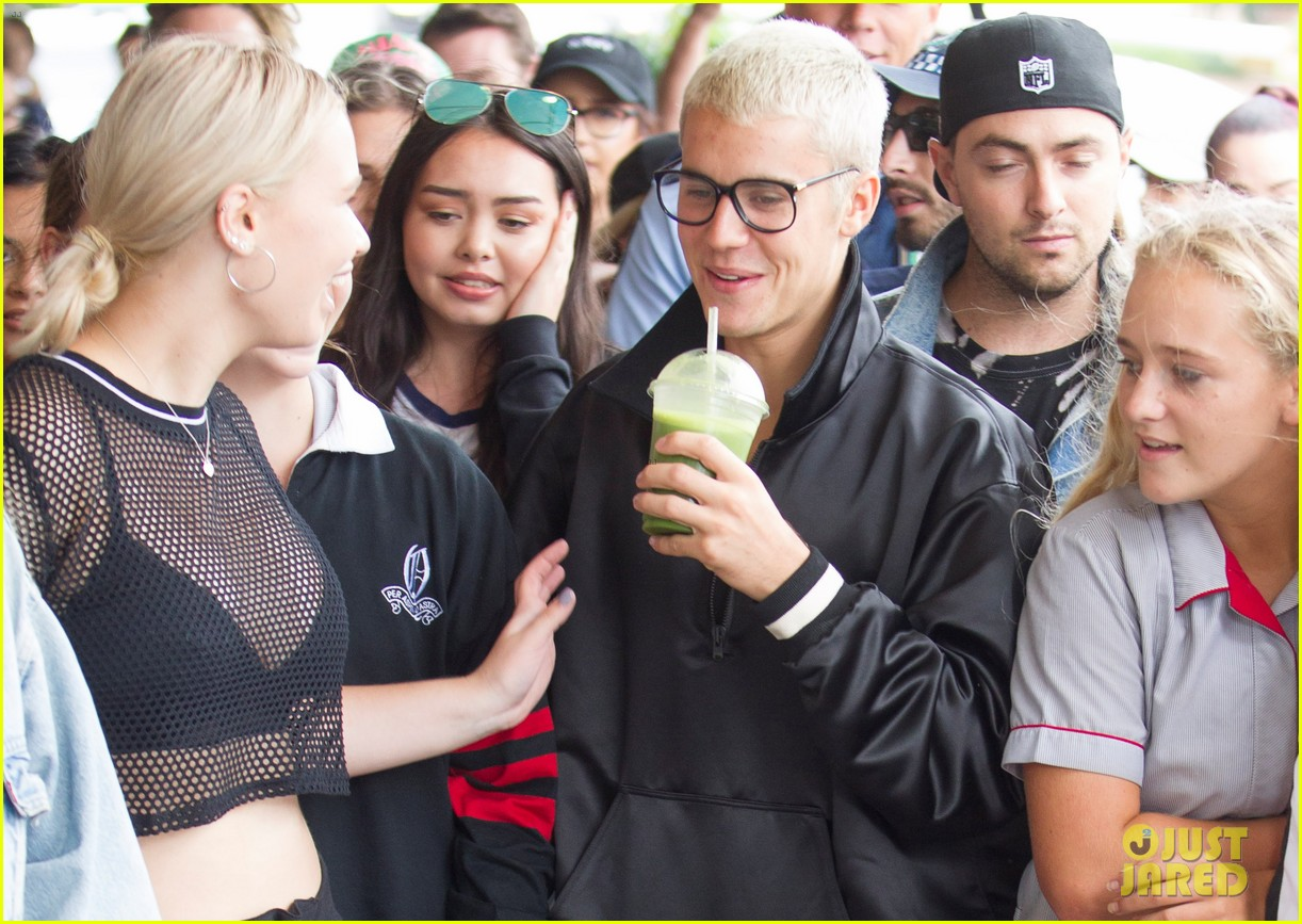 justin bieber gets mobbed by fans in australia 02