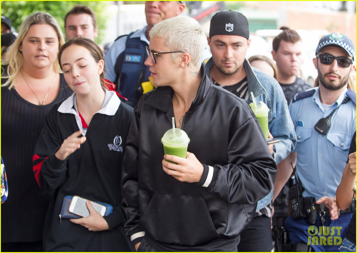 justin bieber gets mobbed by fans in australia 05