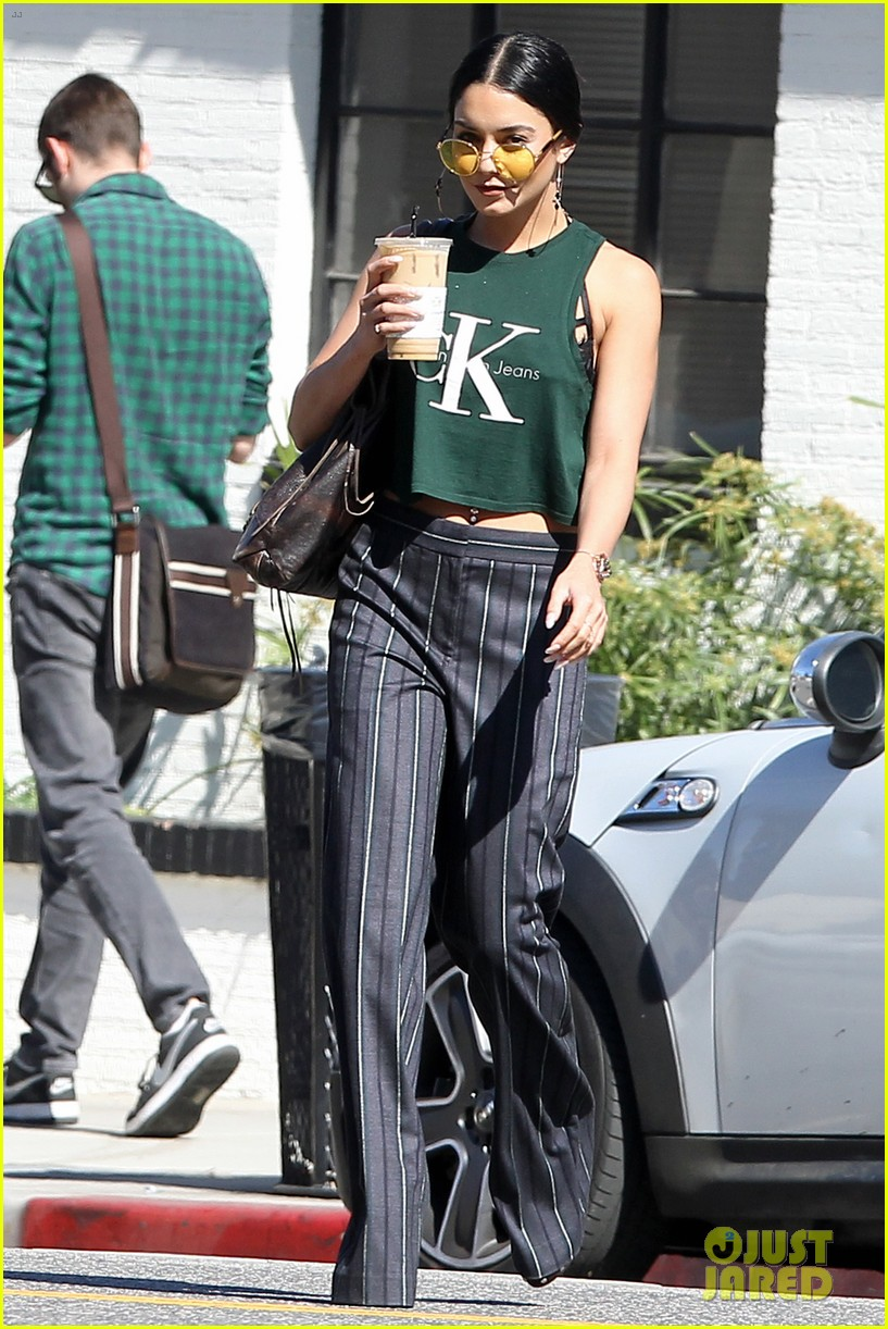vanessa hudgens grabs lunch with her ladies 05