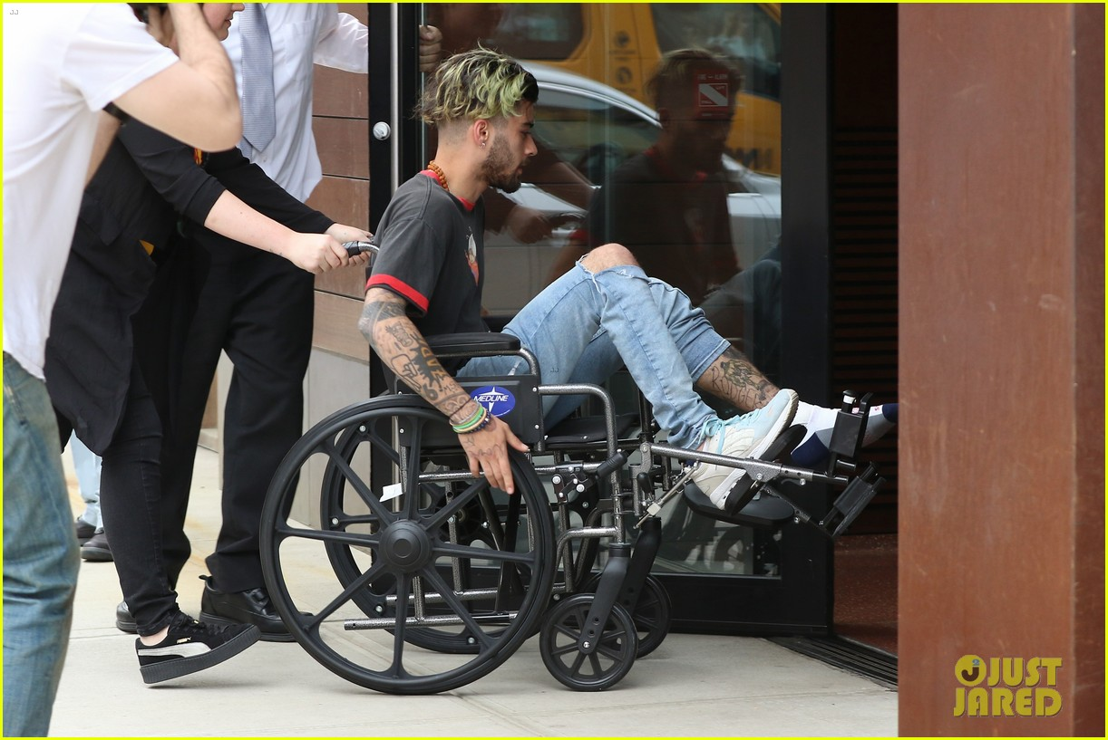 zayn malik arrives at gigi hadids apartment in a wheelchair 01