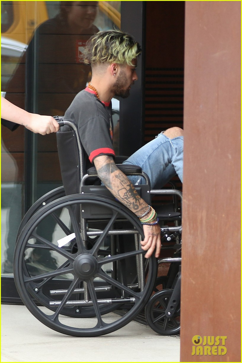 zayn malik arrives at gigi hadids apartment in a wheelchair 05