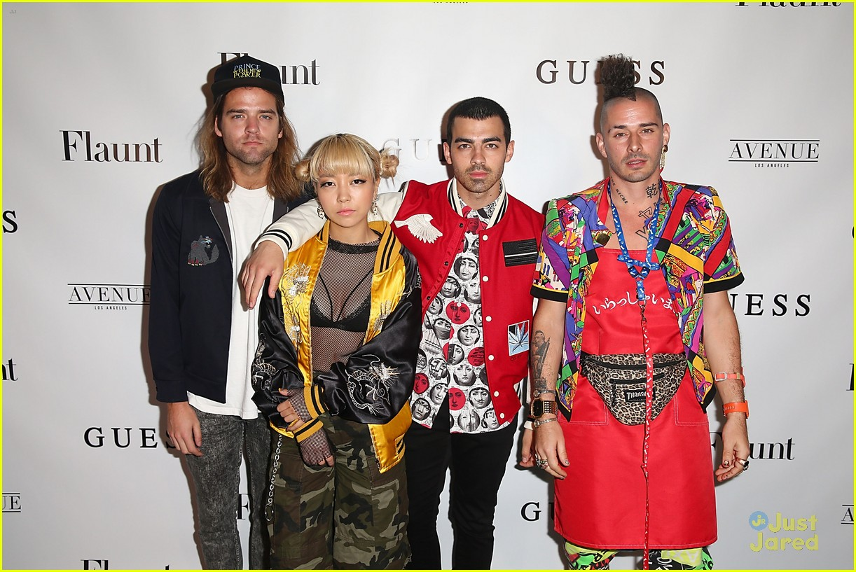 tommy dorfman skai chloe more guess flaunt party 03