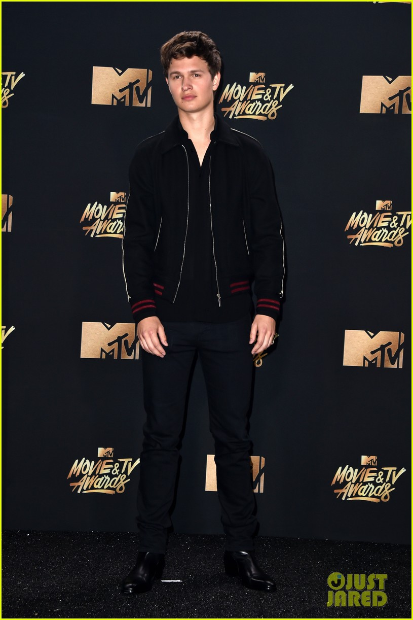 ansel elgort haile steinfeld have a lovefest at the mtv02