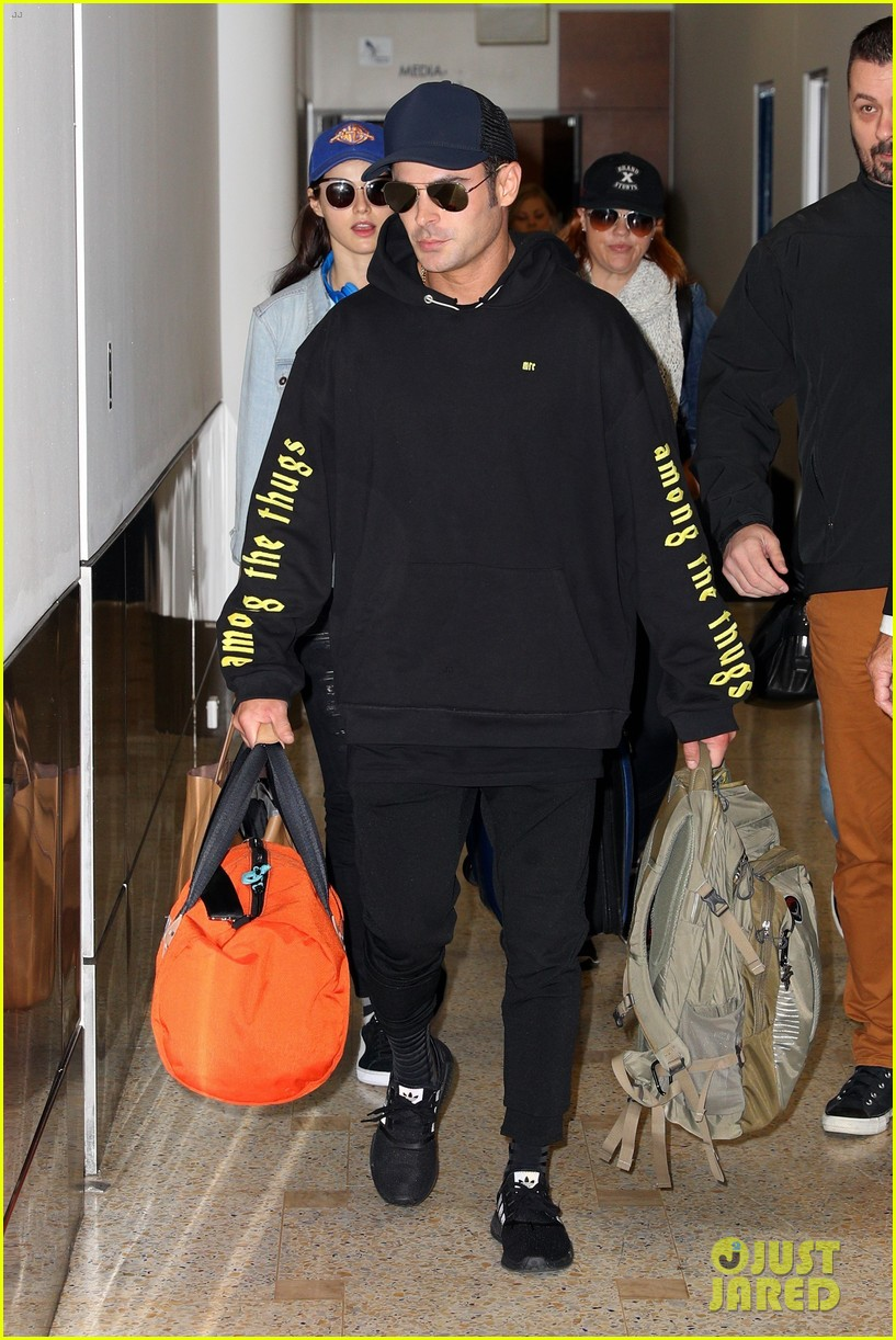 zac efron arrives down under with alexandra daddario 01