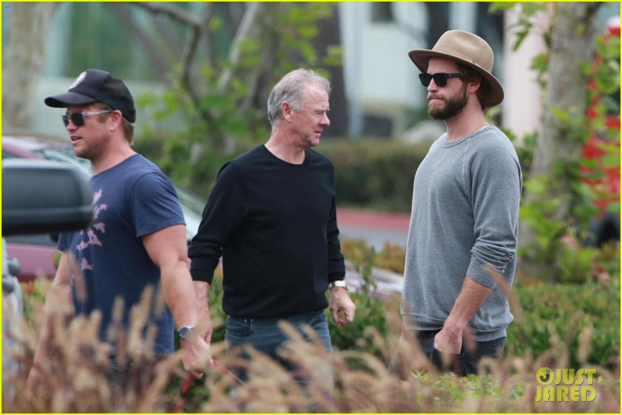 liam hemsworth grabs lunch with luke and parents in malibu 04