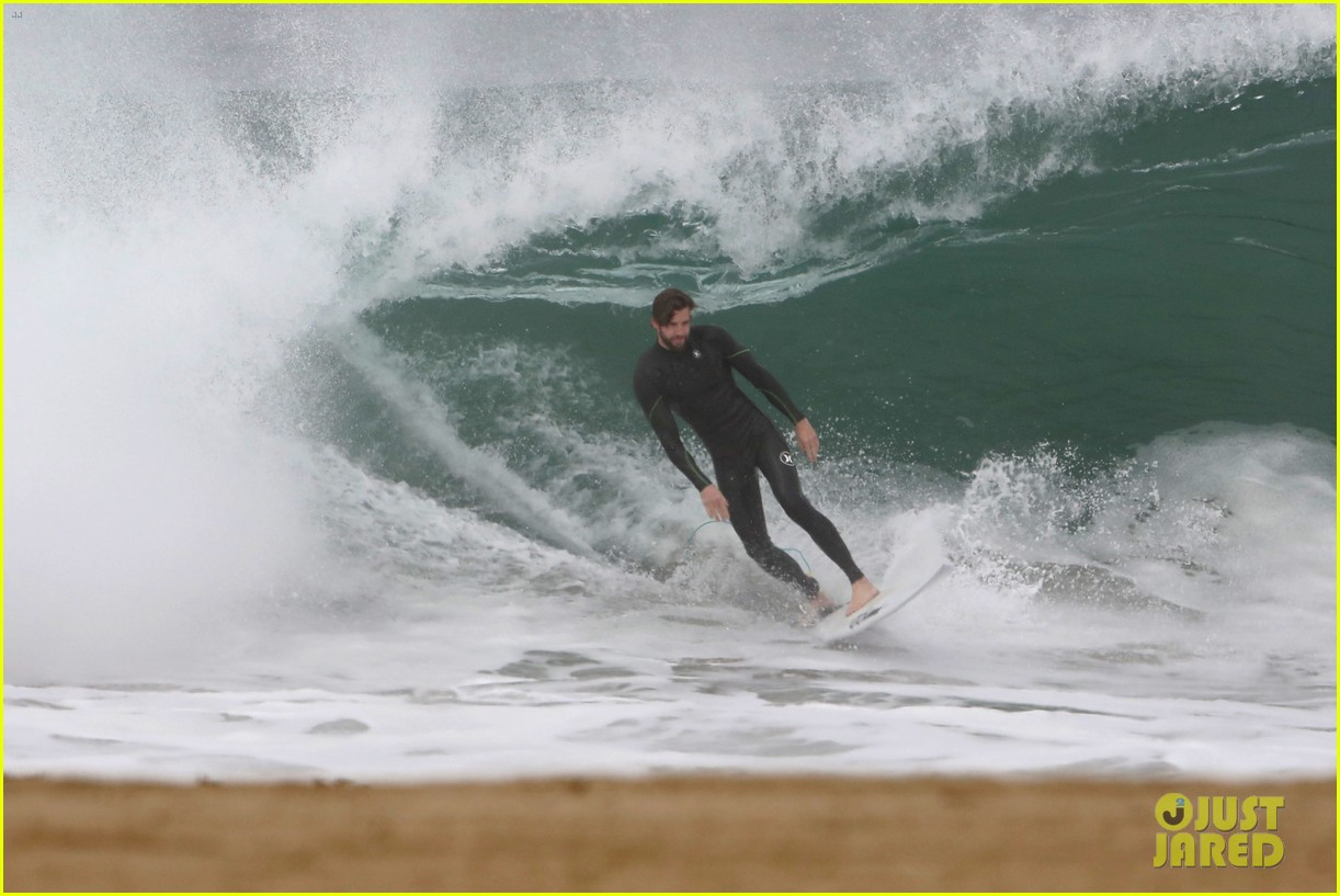 liam hemsworth strips out of wetsuit to reveal ripped abs 08