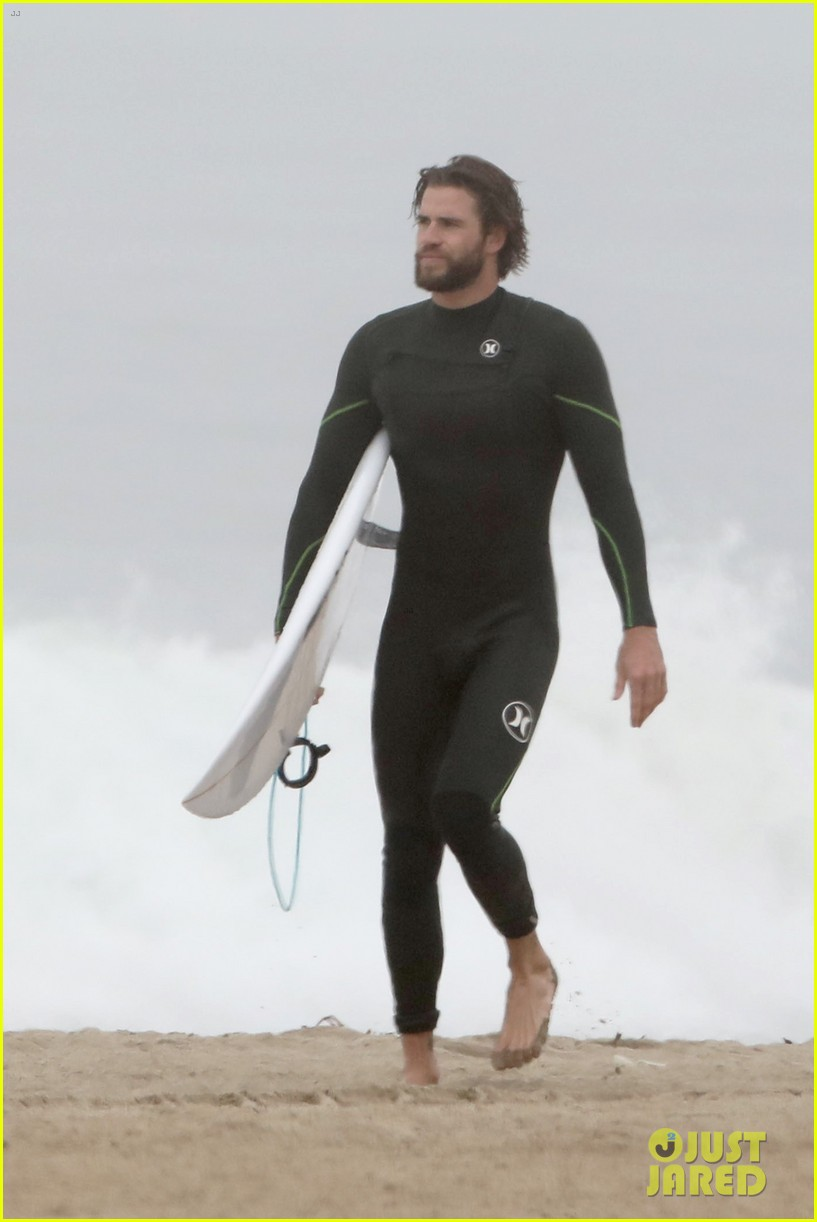 liam hemsworth strips out of wetsuit to reveal ripped abs 27