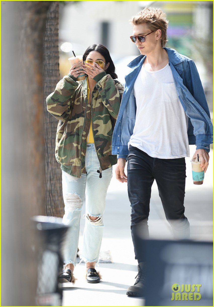 How long have vanessa hudgens and austin been dating