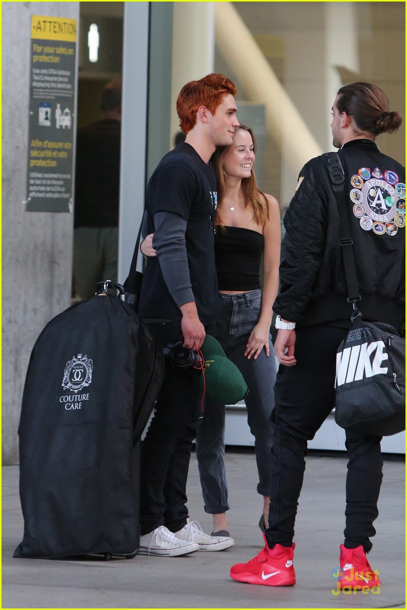 kj apa fans airport dove cameron more mmva attendees 01