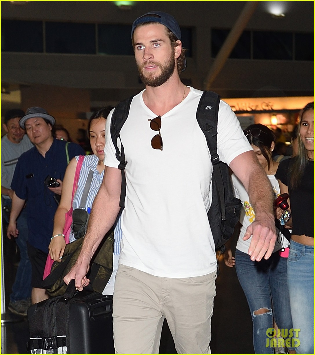 liam hemsworth beard scruff jfk airport 03