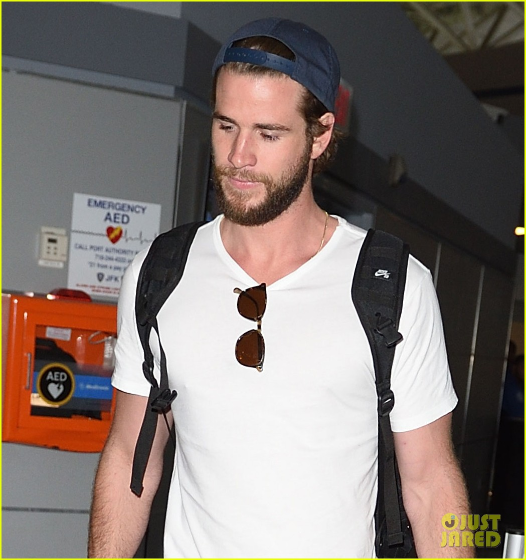 liam hemsworth beard scruff jfk airport 05