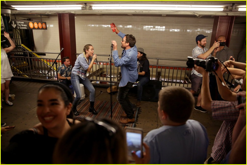miley cyrus busk nyc subway jimmy fallon 03