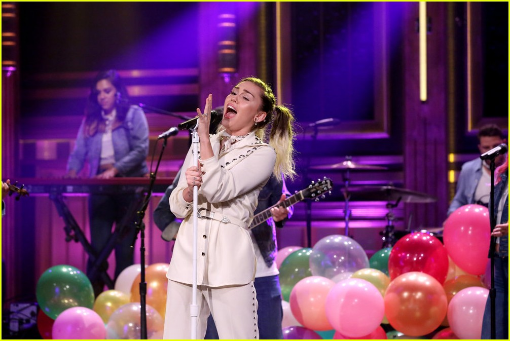 miley cyrus busk nyc subway jimmy fallon 05