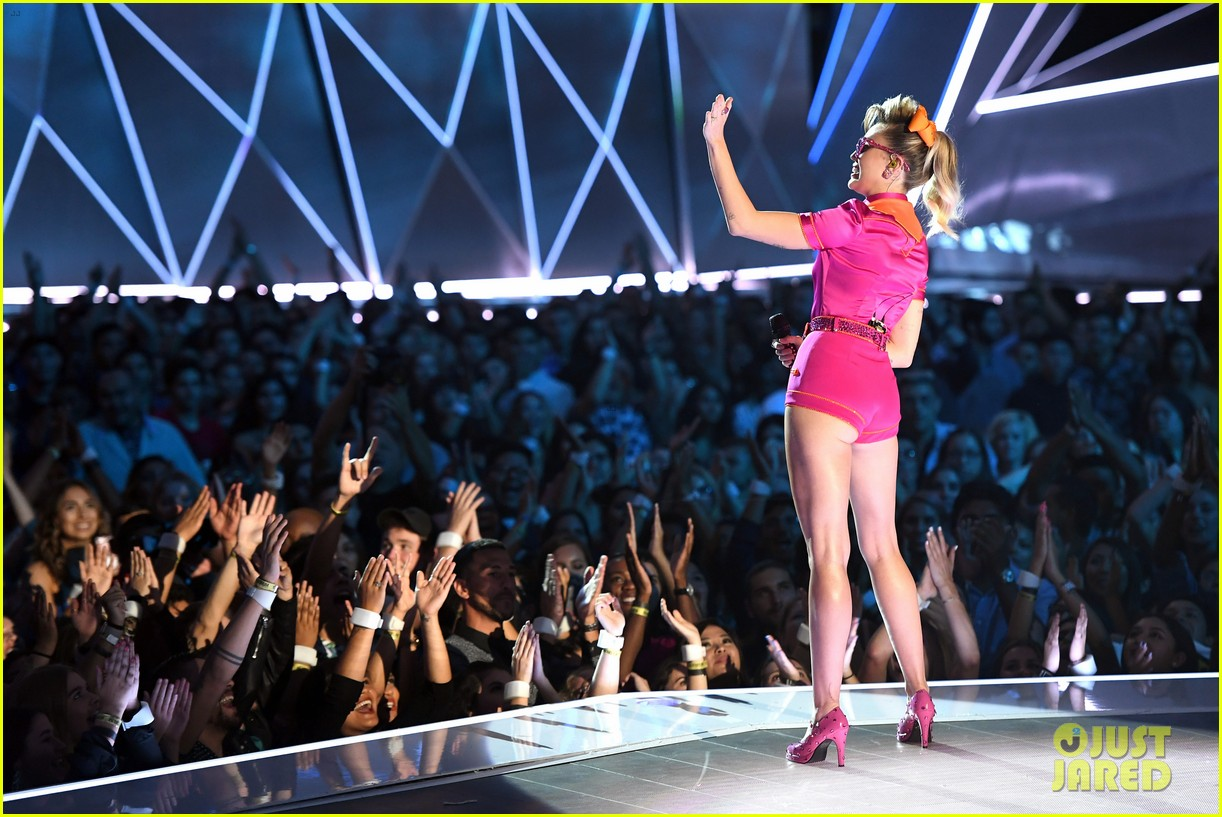 miley cyrus performs younger now mtv vmas 2017 17