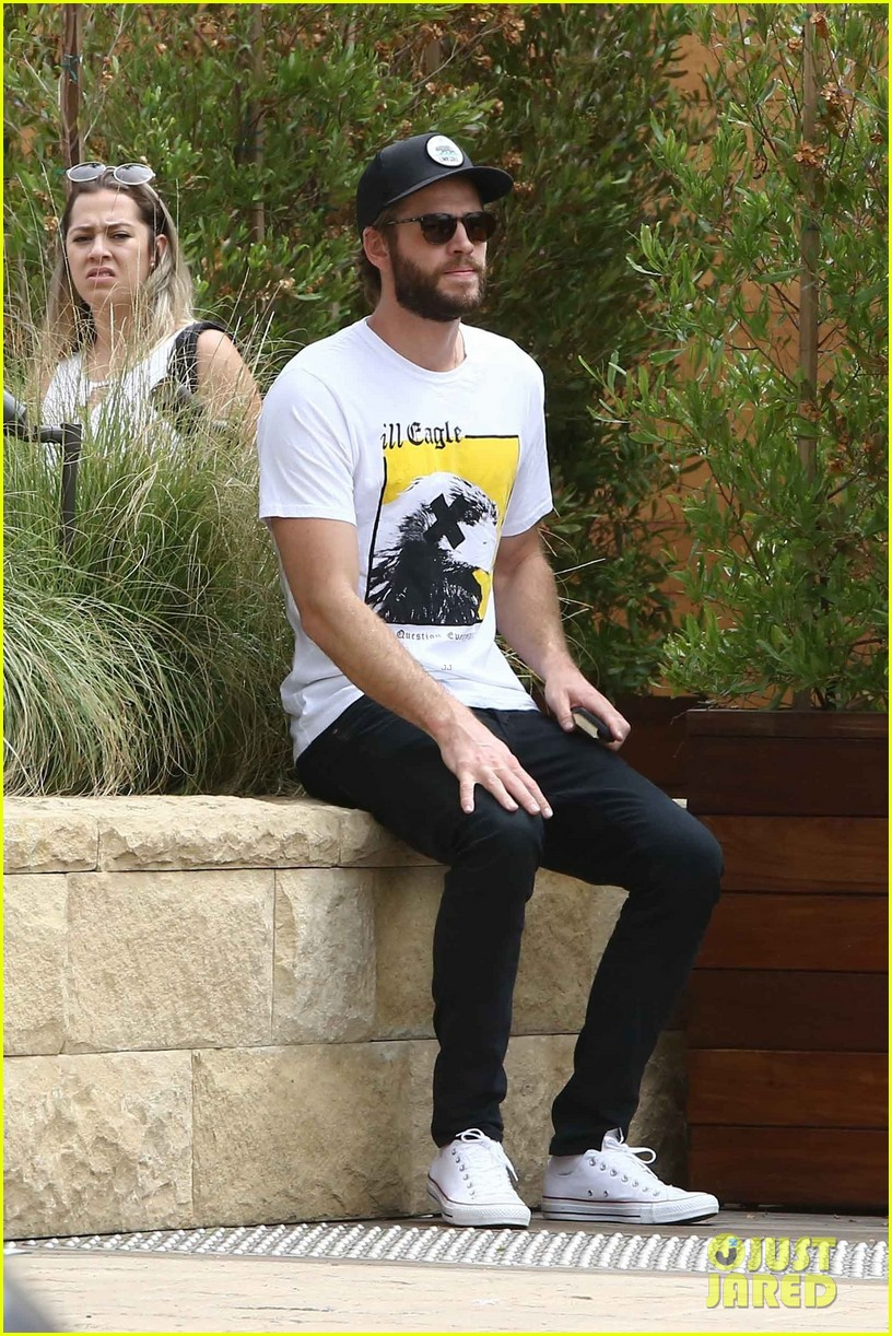 liam hemsworth grabs lunch in malibu 04