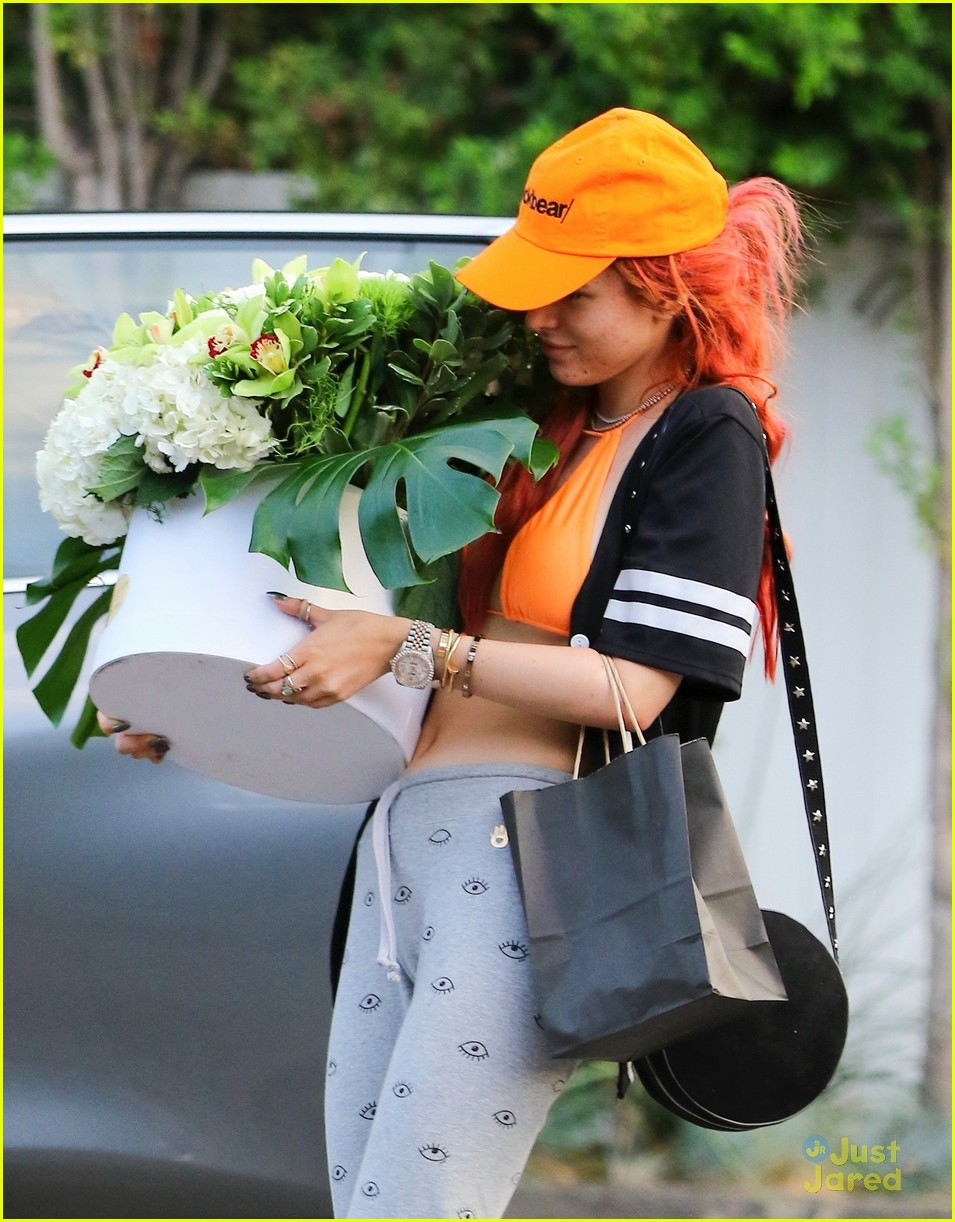 bella thorne blackbear cap flowers video freakout 02